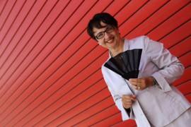 Stil- und Etikettetrainerin Maria Th. Radinger erklärt die Fächer-Sprache, Foto Anita Arneitz