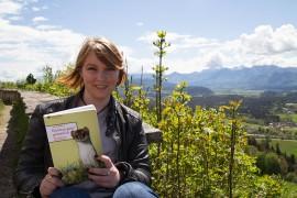 """Anita Arneitz mit ihrem Buch """"Kärnten ganz gemütlich"""""""